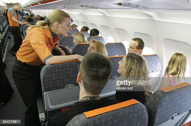 Deutschland Berlin Stewardess der britischen Fluggesellschaft easyjet betreuen Passagiere an Board eines Airbus A319