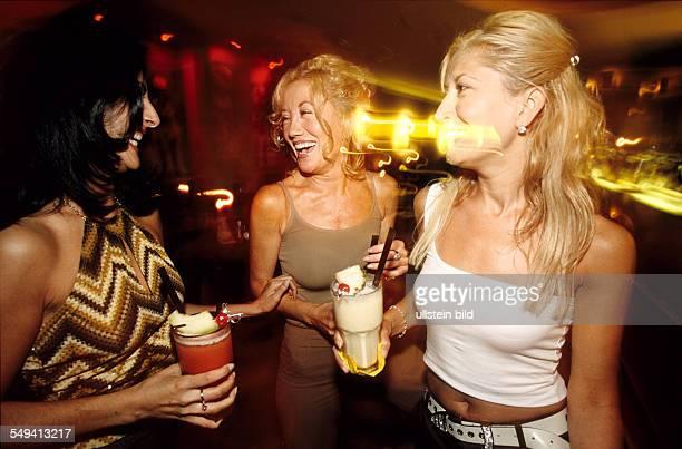 Deutschland, Berlin: Three young Turks in the cocktail bar Alcatraz; management, two blonde sisters and their friend Handan Karatas.