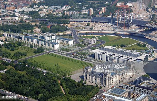 Deutschland, Berlin Tiergarten, Regierungsviertel :Hauptbahnhof / Lehrter Bahnhof, Kanzleramt,Paul-Loebe-Haus und ReichstagsgebaeudeLuftaufnahme