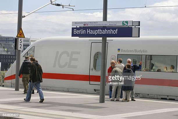 Deutschland Berlin TiergartenBahnsteig mit ICE