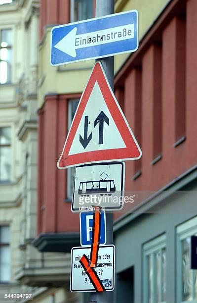 Deutschland Berlin Verkehrszeichen Schilderwald Einbahnstrasse Verkehr in beiden Richtungen Strassenbahn Parkplètze