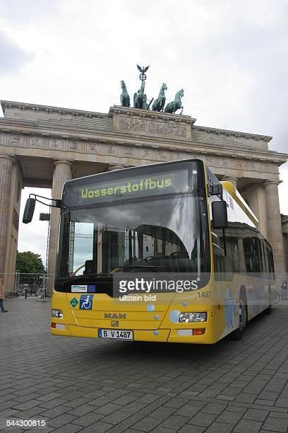 Deutschland Berlin Wasserstoffbus Wasserstoff bertriebener MANStadtbuss der BVG vor dem Brandenburger Tor