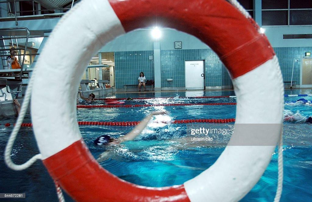 Deutschland Berlin Zehlendorf Schwimmhalle Am Huettenweg Schwimmbecken  Durch Einen Rettungsring Gesehen