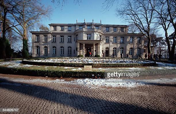 Deutschland Berlin Zehlendorf / Wannsee Aussenansicht der Villa am Grossen Wannsee 5658 1914/15 für den Fabrikanten Ernst Marlier von Paul O...