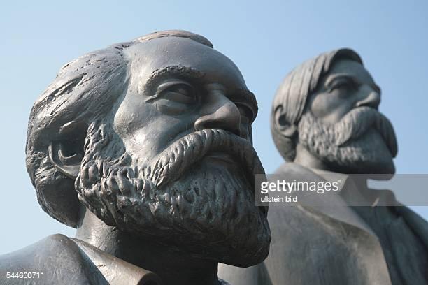 Deutschland BerlinMitte Die Koepfe von Karl Marx und Friedrich Engels am MarxEngelsForum