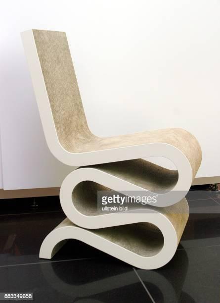 Deutschland BerlinMitte Stuhl aus Wellkarton von Designer Frank Gehry