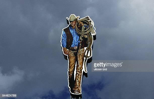 Deutschland BerlinNeukölln ueberdimensionaler Cowboy aus Pappe auf dem Dach der Zigarettenfabrik von Philip Morris