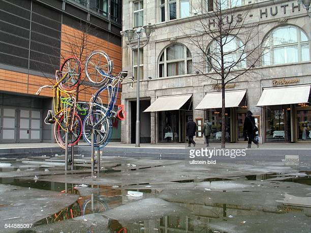 Deutschland BerlinSkulptur Riding Bikes von Robert Rauschenbergam Potsdamer Platz vor dem Weinhaus Huth