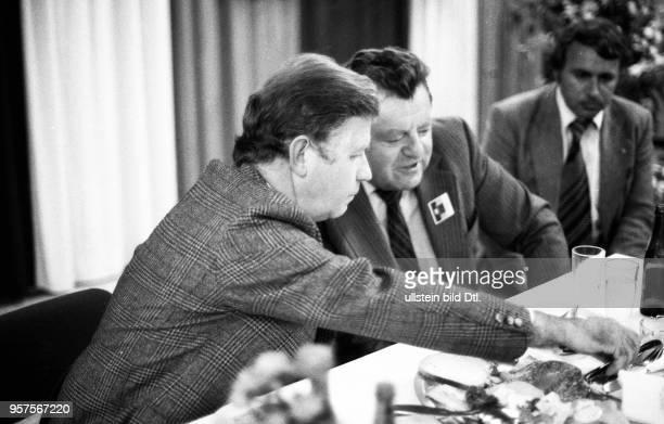 Der bayrische Ministerpraesident FranzJosef Strauß bei einer Wahlveranstaltung der CDU am in Bochum Mit Kurt Biedenkopf DEU Germany Bochum Bavarian...