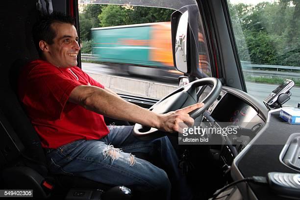Deutschland, Bochum: Leben an der Autobahn 40, ein Lkw Fahrer wartet auf einen Kollegen an der Ausfahrt Wattenscheid.