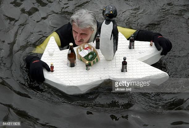 Deutschland Brandenburg 11 Spreetreiben in Erkner Spektakel des Veranstalters Schwimm und Tauchsportverein Biber Mann mit Eisscholle aus Styropor