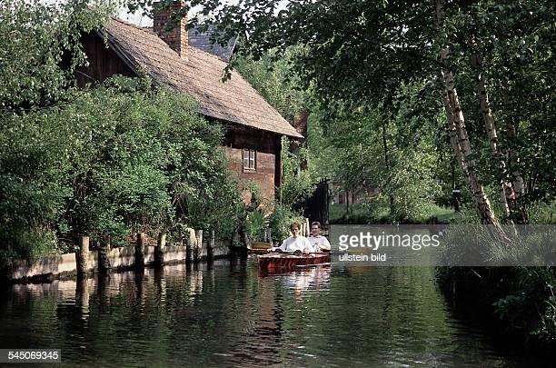 Deutschland, Brandenburg: Paddelboot auf einem Fliess im Spreewald