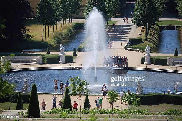 Deutschland Brandenburg Potsdam Blick von Schloss Sanssouci auf die Große Fontäne im Park 2006 EDITORIALUSEONLY...