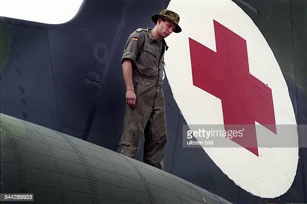 Deutschland Bundeswehr BundeswehrSoldat auf einer Transall auf einem LuftwaffenStuetzpunkt im australischen Darwin waehred der medizinischen...