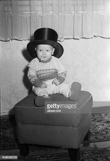 Kind mit Zigarette und Zylinder