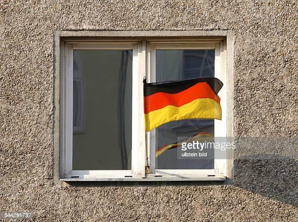 Deutschland Deutschlandfahne am Fenster eines Plattenbaus