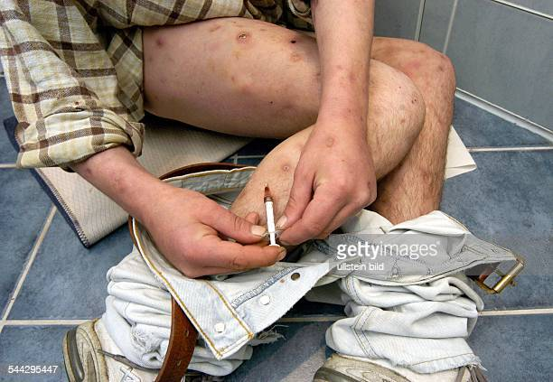 Deutschland Drogensucht Drogenabhängiger spritzt Heroin