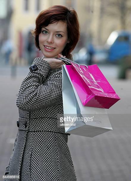 Deutschland, Einkaufsbummel, Shoppen, junge Frau mit Einkaufstueten !