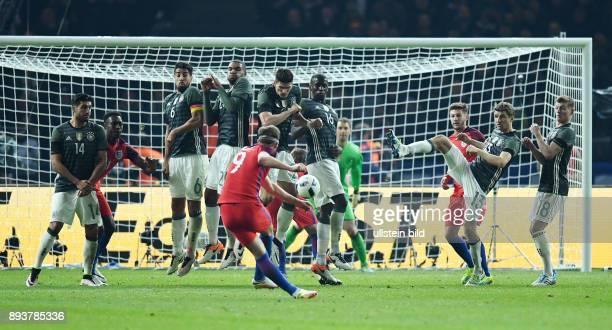 FUSSBALL Deutschland England Freistoss England durch Harry Kane