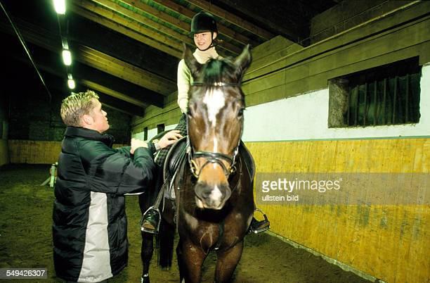 Freizeit Jugendliche beim Reiten in einer Halle l DEU Germany Free time Young persons riding in a hall