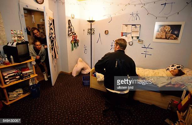 Deutschland: Freizeit.- Jugendliche zuhause; Krankenbesuch bei einer Freundin. L DEU, Germany: Free time.- Youth at home; visiting an ill friend.
