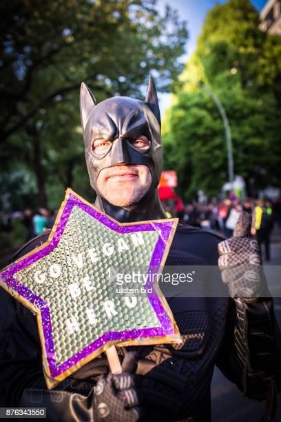 DEU Deutschland Germany Berlin Der Karneval der Kulturen zieht am Sonntag durch die Stadt Veganer demonstrieren für ihre Idee