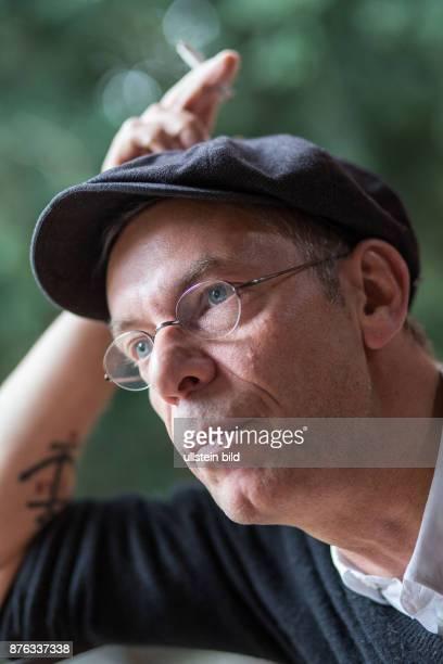 Deutschland Germany Berlin Der Musiker , Blogger, Modedesigner, Autor, Journalist und Veranstlter Johnny Häusler im Porträt.
