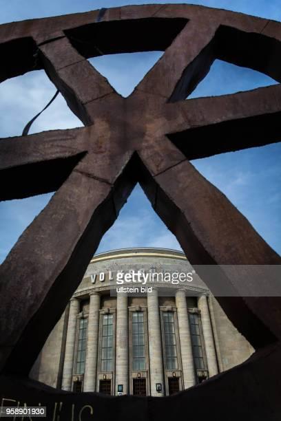 DEU Deutschland Germany Berlin Die Berliner Volksbühne mit dem Laufende Rad des Designers Rainer HauÃümann Das Wahrzeichen des Theater soll nach...