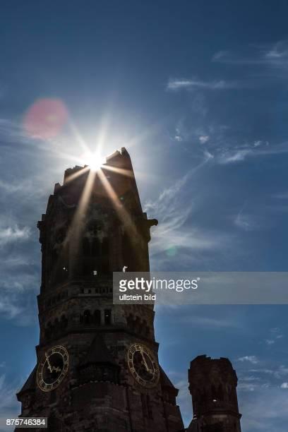 DEU Deutschland Germany Berlin Die Gedächniskirche im Gegenlicht