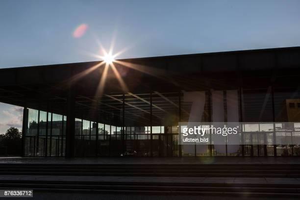DEU Deutschland Germany Berlin Die geschlossene Neue Nationalgalerie im Gegenlicht