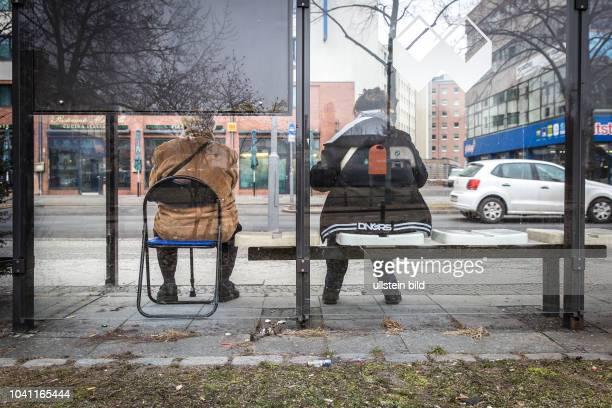 DEU Deutschland Germany Berlin Ein ältere Mann wartet auf seinem mitgebrachten Stuhl in einer Bushaltestelle in der Stresemannstrasse in Kreuzberg...