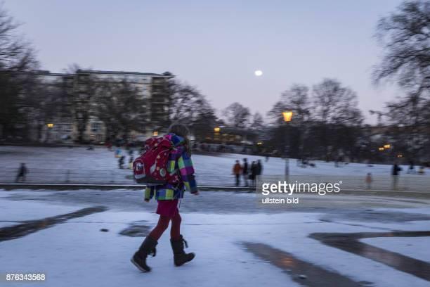 DEU Deutschland Germany Berlin Ein Schulkinder spaziert über eine gefrorene Eisfläche im Weinbergspark in BerlinMitte