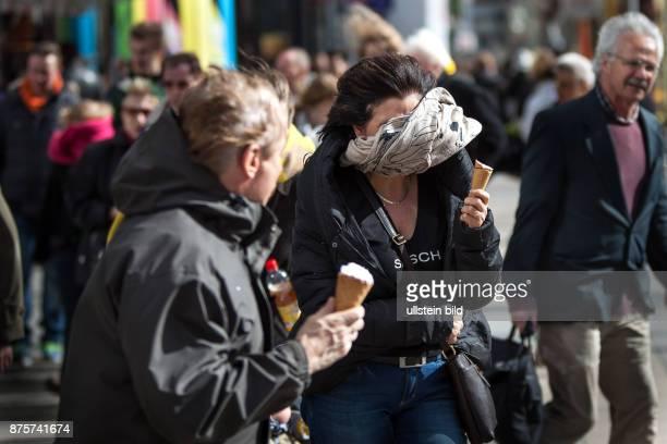 DEU Deutschland Germany Berlin Eis essen bei Gegenwind