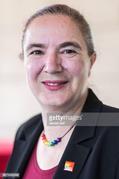 DEU Deutschland Germany Berlin Hissen der Regenbogenfahne mit Petra Nowacki und SPD Generalsekretär Hubertus Heil vor der SPDZentrale dem...