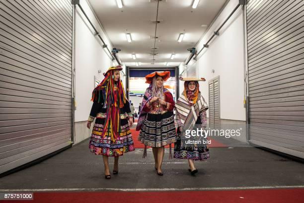 DEU Deutschland Germany Berlin Internationale Tourismusbörse ITB Südamerikanische Hostessen laufen durch einem 'œbergang zwischen zwei Messenhallen