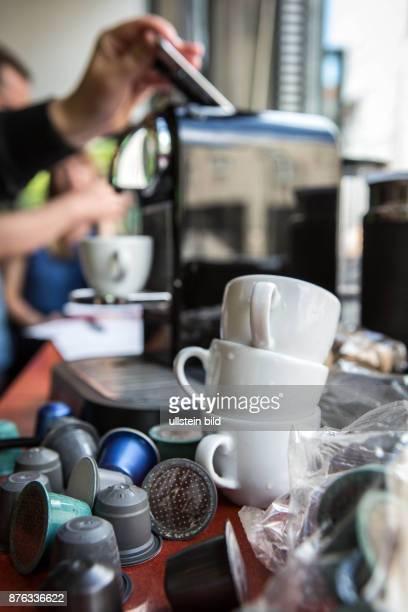 DEU Deutschland Germany Berlin Kaffeeautomat mit Kapseln