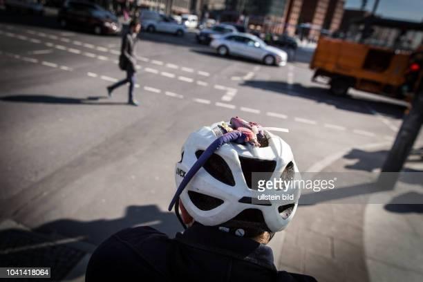 DEU Deutschland Germany Berlin Radfahrer mit Stoffeidechse auf seinem Helm wartet an einer Ampel am Potsdamer Platz