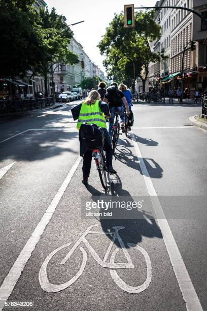 DEU Deutschland Germany Berlin Radfahrer starten an einer grünen Ampel in der Bergmannstrasse
