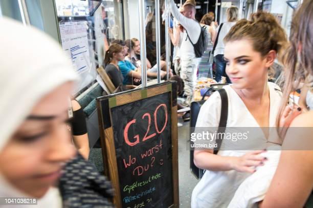 DEU Deutschland Germany Berlin Studenten diskutieren in der Berliner SBahn über den G20Gipfel Eine lose Gruppe von Aktivisten trifft sich...
