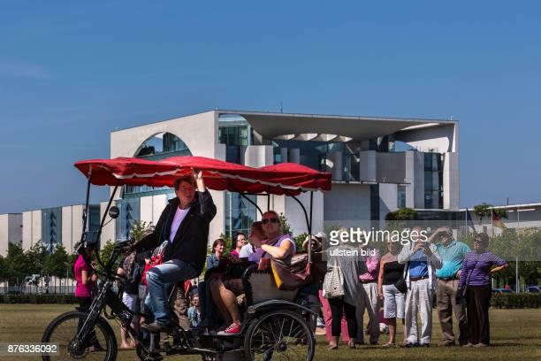 DEU Deutschland Germany Berlin Touristen vor dem Bundeskanzleramt auch Waschmaschine oder Kohlosseum genannt