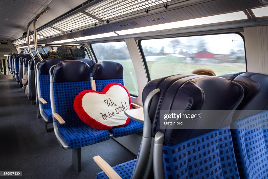 DEU Deutschland Germany Flensburg Ein Kissen mit den Worten ' Ich liebe dich' liegt auf dem Sitz einer Regionalbahn von Hamburg nach Flensburg. : News Photo