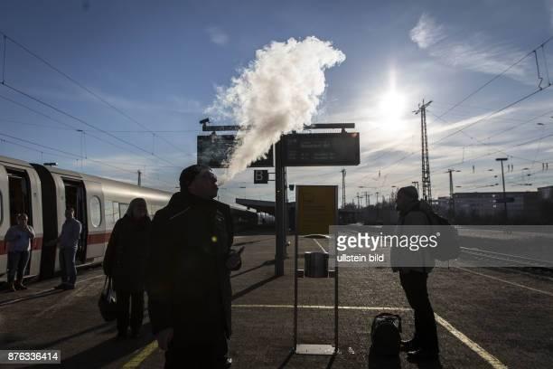 DEU Deutschland Germany Hamm Raucher einer EZigarette lässt Dampf ab während eines Stopps eines ICE in Hamm/Westfalen In Hamm werden zwei ICE nach...