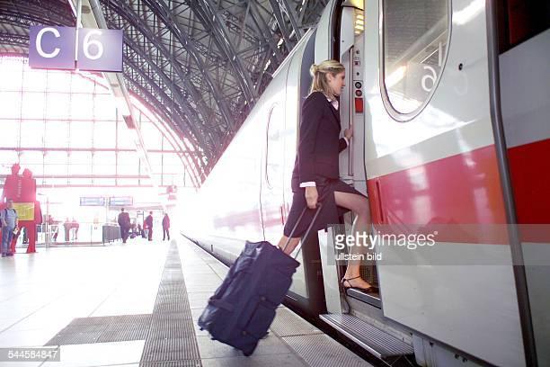 Deutschland Geschäftsfrau steigt in den Zug