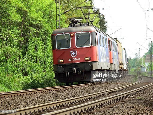 Güterzug auf der linksrheinischen Bahntrasse zwischen Koblenz und Bonn Gezogen wird der Zug von 2 ELoks der Baureihe Re 421 der SBBCargo