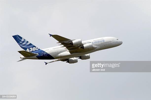 AirbusFamilientag Testmaschine des Großraumflugzeugs Airbus A380 bei dem Flug ueber die Elbe wobei sie auf eine Flughöhe von 500 Metern herunter ging