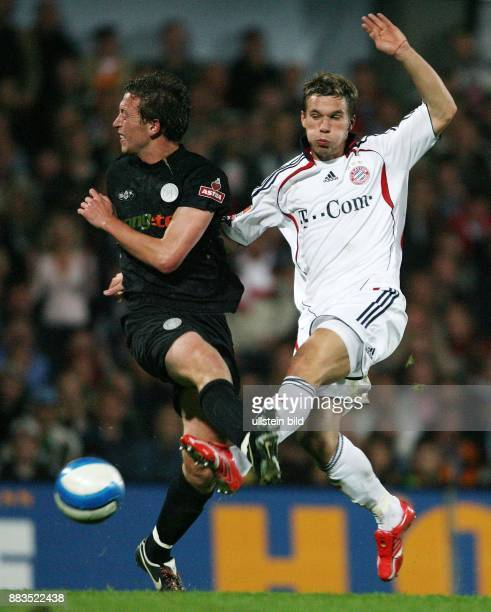DFBPokal Saison 2006/2007 FC St Pauli FC Bayern München 12 nach Verlängerung St Paulis Marcel Eger im Zweikampf gegen Lukas Podolski