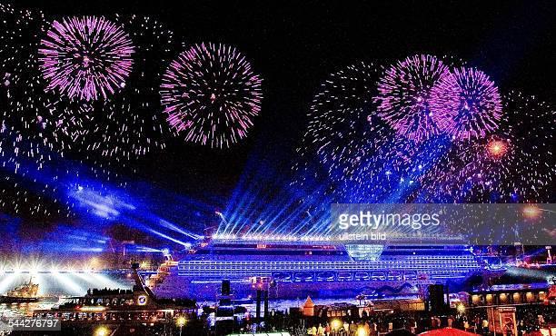 Feuerwerk anlaesslich der Taufe des Kreuzfahrtschiffes AIDAdiva im Hamburger Hafen
