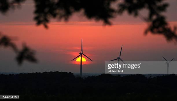 Deutschland Hamburg Harburg Sonnenuntergang hinter einigen der Windraeder zwischen Rade und Oldendorf im Landkreis Harburg