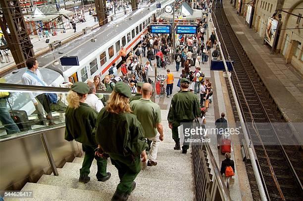 Deutschland Hamburg Hauptbahnhof Bahnreisen Reisende auf dem Bahnsteig Polizei auf Streifengang