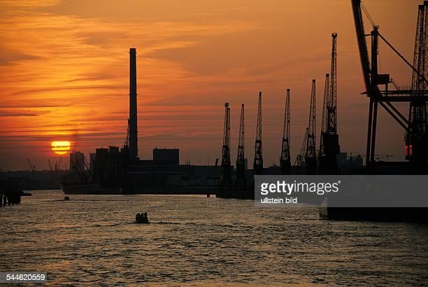 Kräne bei Sonnenuntergang im Hamburger Hafen